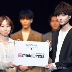 (右)新納侃さん(C)モデルプレス