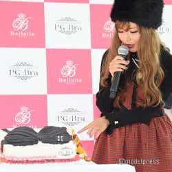 おっぱいケーキに興味津々な益若つばさ (C)モデルプレス