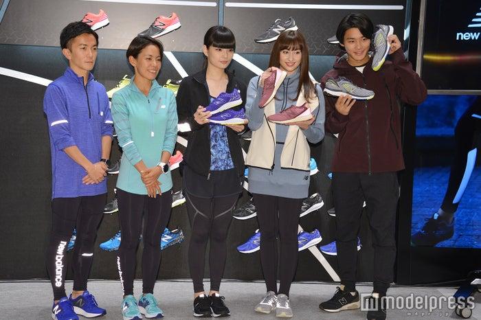 (左から)マラソンの五ヶ谷宏司選手、トライアスロンの上田藍選手、秋元梢、早見あかり、野村周平 (C)モデルプレス