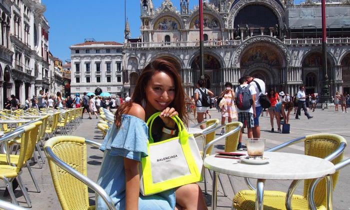 サン・マルコ広場にある黄色の椅子が目立つ「カルロ・ラヴェーナ」 (提供画像)