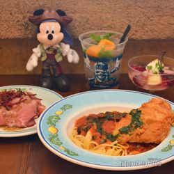 「カフェ・ポルトフィーノ」スペシャルセット¥1,880+プラス\310でソフトドリンクをアルコールドリンクに変更可/写真はスパークリングカクテル(ラム&マンゴーシャーベット)単品¥680※ぬいぐるみバッジは別売り(C)モデルプレス(C)Disney