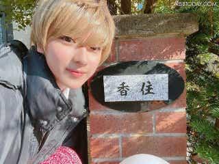 平祐奈、自身の金髪ショートヘアに「違和感が凄い」!ドラマ撮影オフショットに反響!