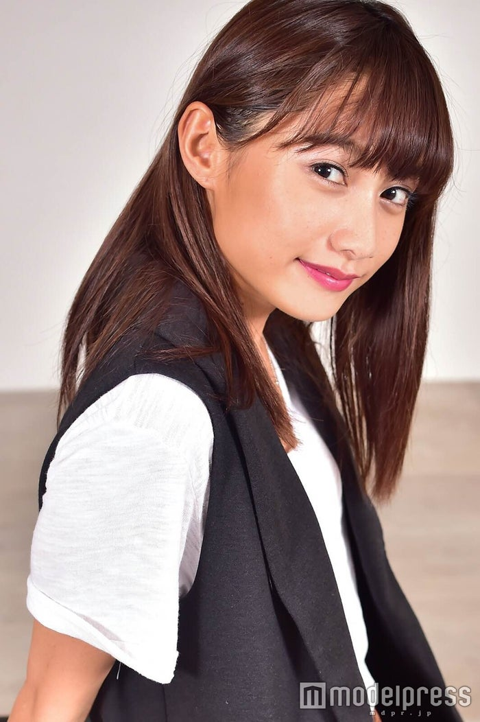 武田あやな、スラリ美ボディ際立つ表紙で注目 チャームポイントは「お尻とくびれ」 (C)モデルプレス
