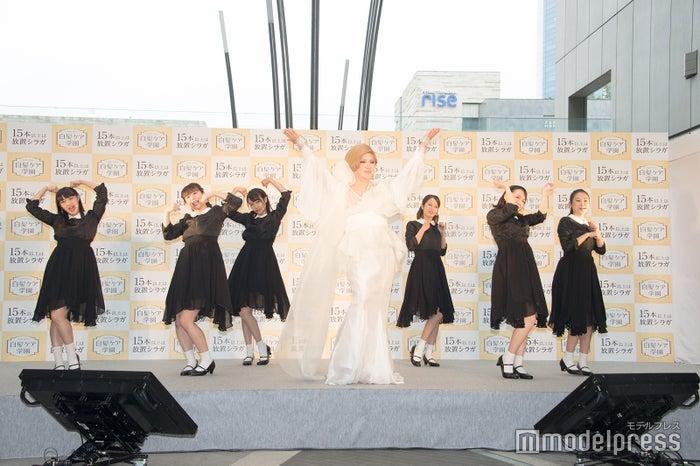 校歌「アゲージョ宣言」を歌唱&ダンスで魅せるIKKO(C)モデルプレス