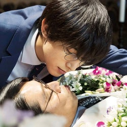 吉沢亮、堤真一とキス寸前 美しすぎる「一度死んでみた」場面カット解禁