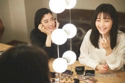 「リップ マキシマイザー」の好きなところで盛り上がる三吉彩花(左)&久間田琳加(右)(C)モデルプレス