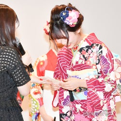 山本杏奈から賞品をもらう大場花菜 (C)モデルプレス