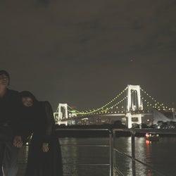 手を繋ぐ犬飼貴丈、ロン・モンロウ「ダブルベッド」#6(C)TBS/イースト・エンタテインメント