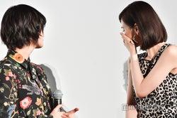 涙する北川景子(右)を心配する平手友梨奈(左) (C)モデルプレス