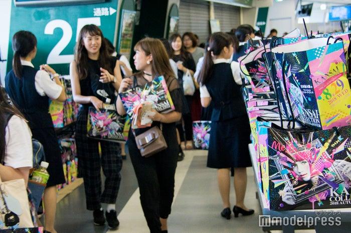 会場入口でお土産が配られている様子(C)モデルプレス