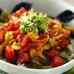 和えてご飯に乗せるだけ簡単!「マグロとアボカドのハワイ風アヒポキ丼」の作り方