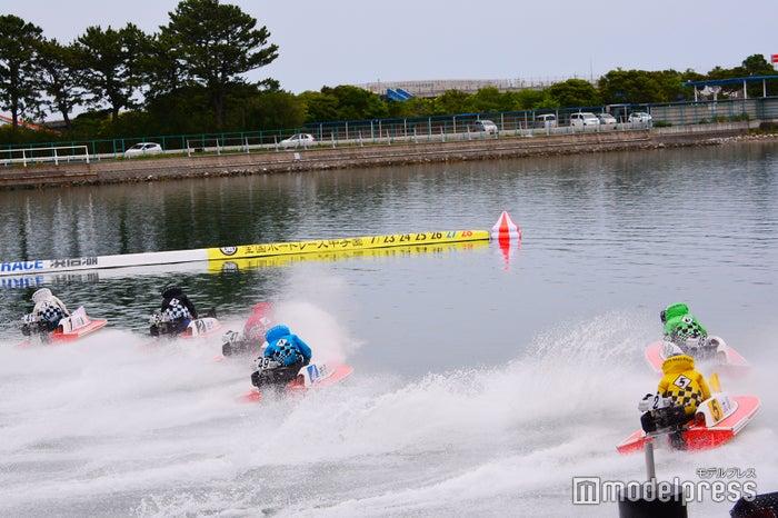 間近で感じるエンジン音、潮の香り、白熱のレースは一度は体感してみて(C)モデルプレス