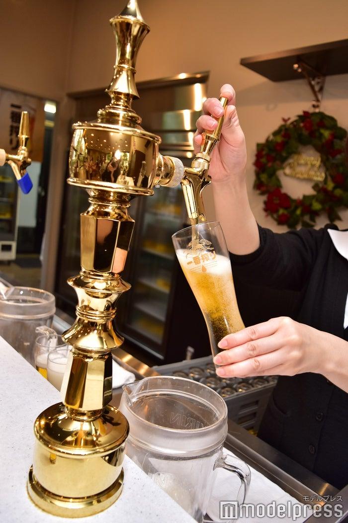 プロが注ぐビールはひと味違う!(C)モデルプレス