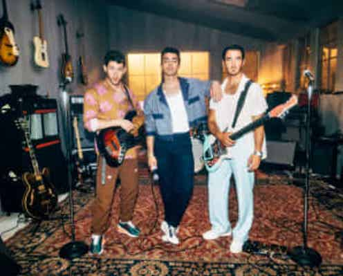 ジョナス・ブラザーズが新曲「Who's In Your Head」をリリック・ビデオと発表、三男ニック・ジョナスのバースデー・リリースに!