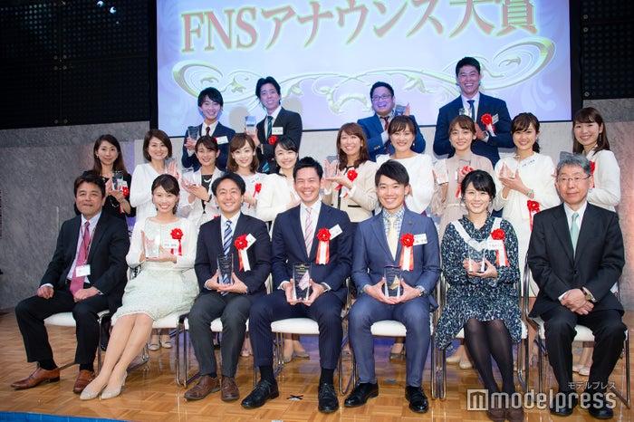 「第35回 FNSアナウンス大賞」登壇者(前列中央が坂元龍斗アナ) (C)モデルプレス
