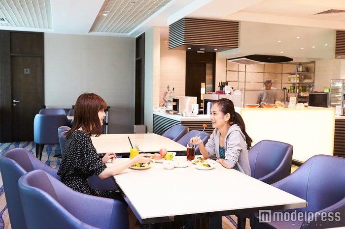 専用ラウンジ/左から:村田倫子、武智志穂(C)モデルプレス