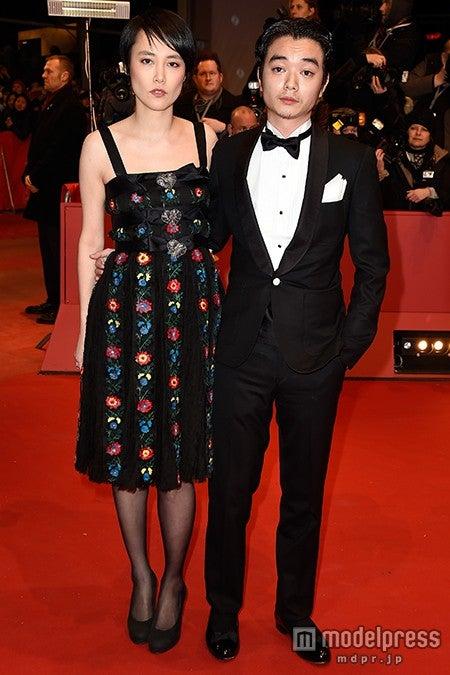 夫婦揃って「ベルリン国際映画祭」出席した(左から)菊地凛子、染谷将太/photo:Getty Images【モデルプレス】