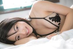 武田玲奈、ビキニ姿で寝転ぶショットが破壊力抜群!のぞく美バストにドキッ