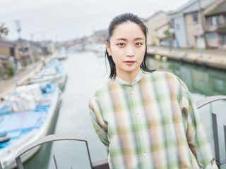 深川麻衣、自然体の美しさで魅了 主演映画のオフィシャルブック決定でロケ地再訪<おもいで写眞>