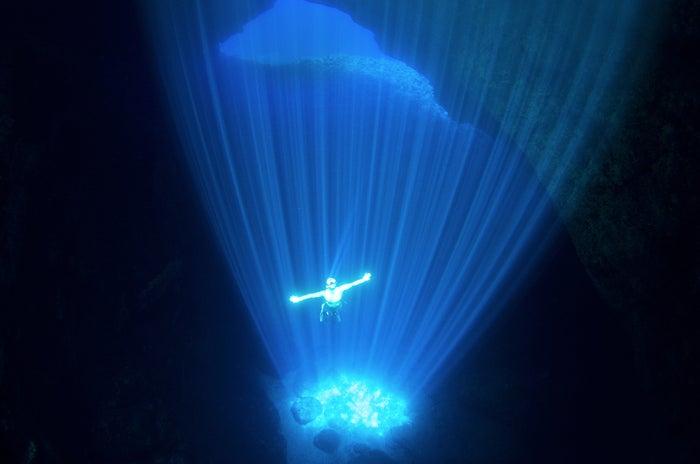 """神秘的な光のシャワー """"ロタブルー""""の世界を泳ぐロタホール(C)Junji Takasago/MVA"""