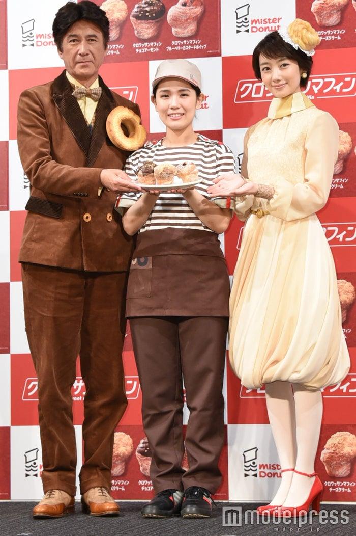 草刈正雄(左)、波瑠(右)/(C)モデルプレス