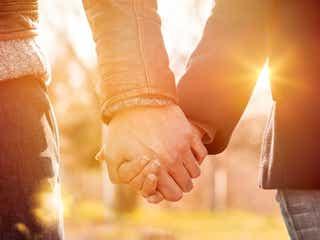男性が「女性の手を握る心理」って?