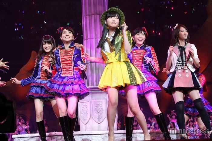 今年6月に開催された「第5回AKB48選抜総選挙」で優勝した指原莉乃のセンター曲「恋するフォーチュンクッキー」(C)AKS