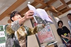 おすすめカットをお披露目する間宮祥太朗(C)モデルプレス
