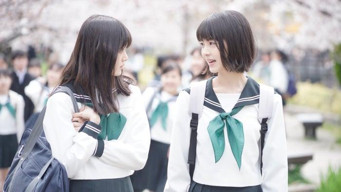 福本莉子、浜辺美波(C)2020映画「思い、思われ、ふり、ふられ」製作委員会 (C)咲坂伊緒/集英社