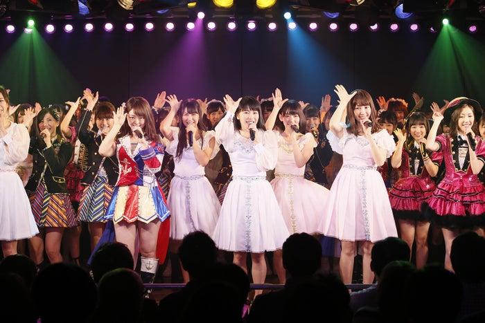 「AKB48 劇場オープン11 周年特別記念公演」の模様/写真は「ファースト・ラビット」をパフォーマンス中のもの(C)AKS