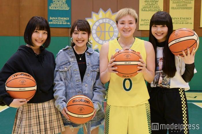 (左から)Nono、ami、吉田亜沙美選手、MOMOKA(C)モデルプレス