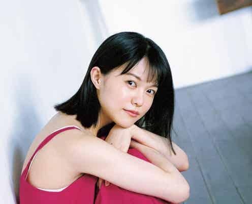志田彩良、人生初グラビアで抜群スタイル魅せる 美ウエストもチラリ