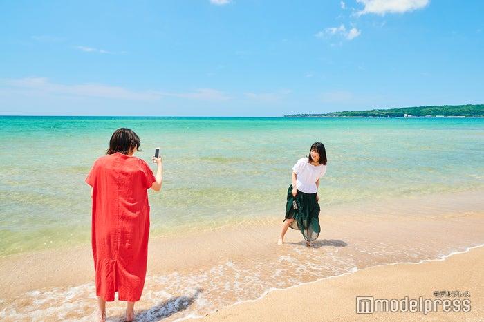 リゾート地と見間違うくらいの海の透明度に驚き(C)モデルプレス