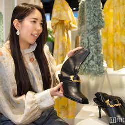 「H&M」PR担当・須貝紗妃氏、ブーツは53%がグレープの皮からできたという「グレープレザー」のアイテム(C)モデルプレス