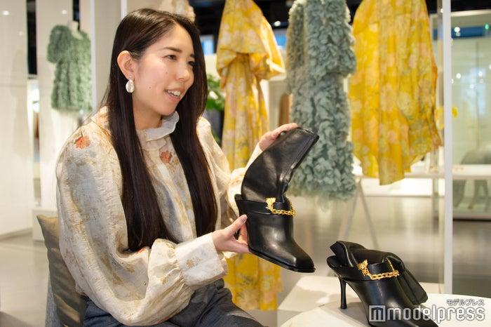 「H&M」PR担当・須貝紗妃氏、ブーツは53%がグレープの皮からできたという「グレープレザー」のアイテム(C)モデルプレス<br>