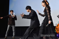 全国中継のカメラに近寄っていく吉沢亮、新木優子、MCの荘口彰久 (C)モデルプレス