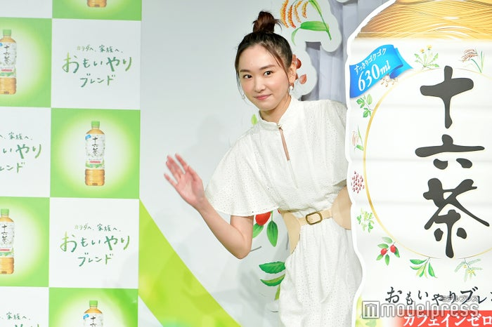 """お茶目に手を振る""""新垣はん""""(C)モデルプレス"""