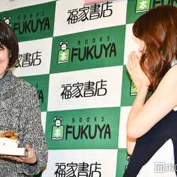 サプライズでお祝いのケーキをプレゼントされ喜ぶ加藤玲奈 (C)モデルプレス
