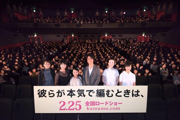 (左から)荻上直子監督、田中美佐子、柿原りんか、桐谷健太、ミムラ、門脇麦(C)2017「彼らが本気で編むときは、」製作委員会
