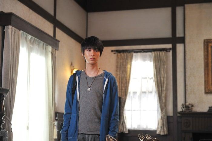 小原唯和/ドラマ「執事 西園寺の名推理」より(C)テレビ東京