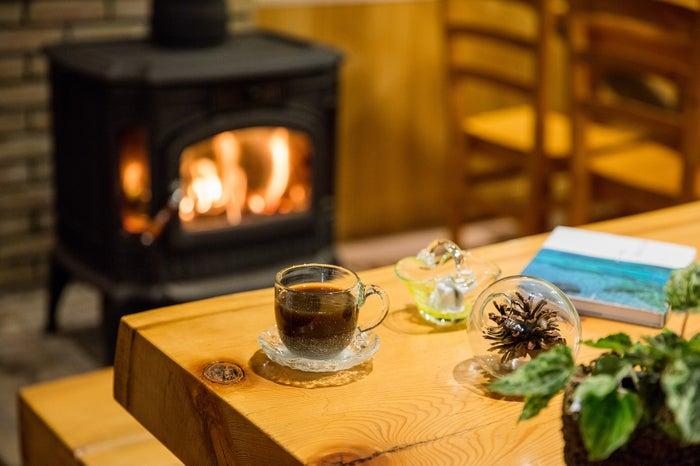 温かいコーヒーを、氷のようなカップ&ソーサで。なんだか不思議なマッチング(提供画像)