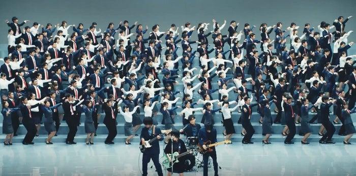 本物の社員たちが全力でダンス/「みずほダンス」より