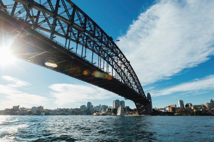いろいろな角度から眺めたいハーバーブリッジ。船に乗って海上からの眺める風景もグレイト/Destination NSW