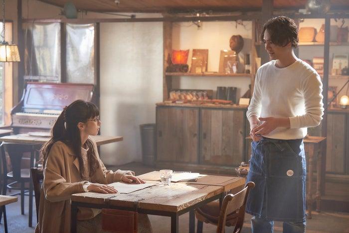 浜野謙太も登場するカフェシーン/中条あやみ、登坂広臣(C)2019映画「雪の華」製作委員会