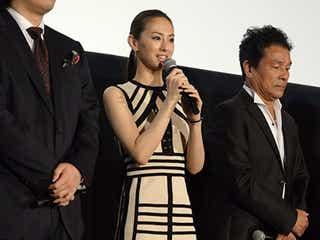 北川景子、胸元チラ見せ&上品ブラックで大人の色気<ファッションチェック>