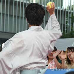 カラーボールを投げる田中圭(C)モデルプレス