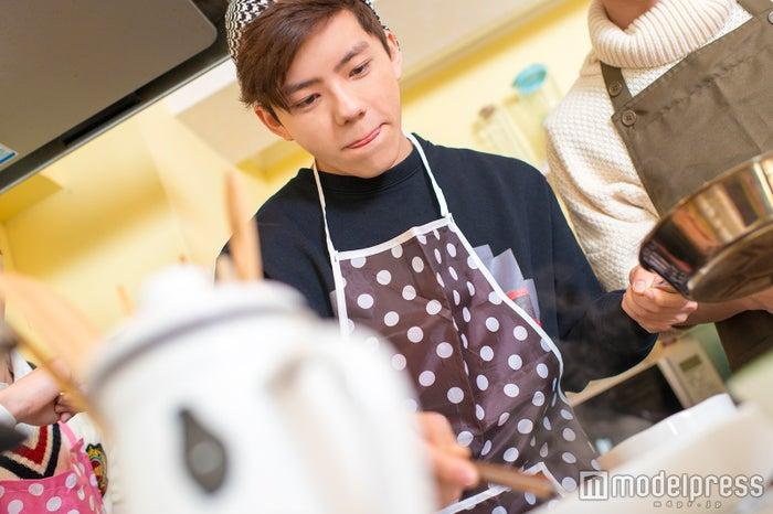 音楽同様、料理もメンバーを引っ張るMark(C)モデルプレス