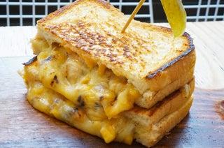 流れ出るチーズとコーンがたまらない!原宿「韓国トースト」専門店の一番人気メニューを食べてきた