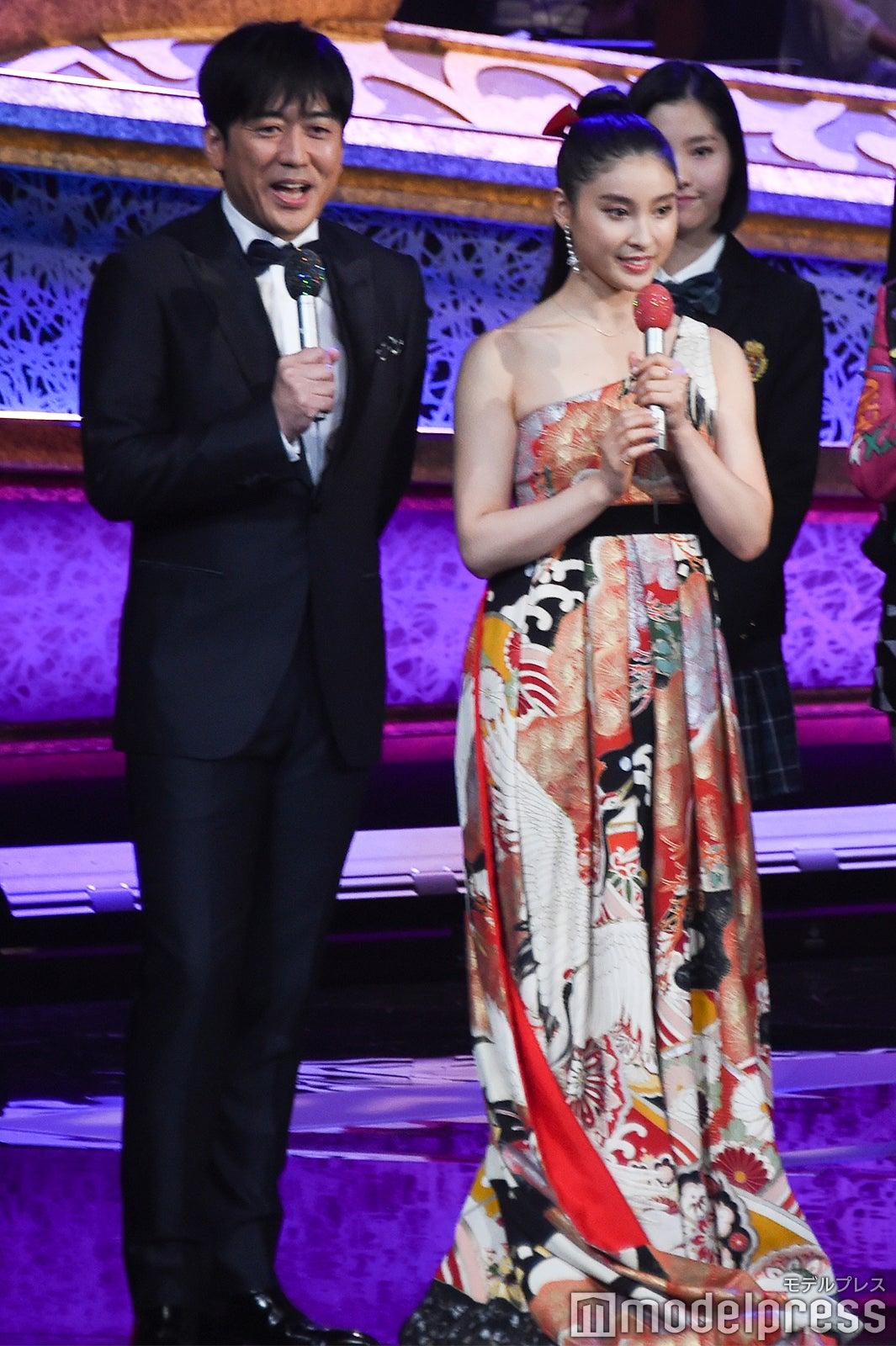 土屋太鳳、妖艶和柄ドレスで美デコルテ披露 2度目の「レコ大