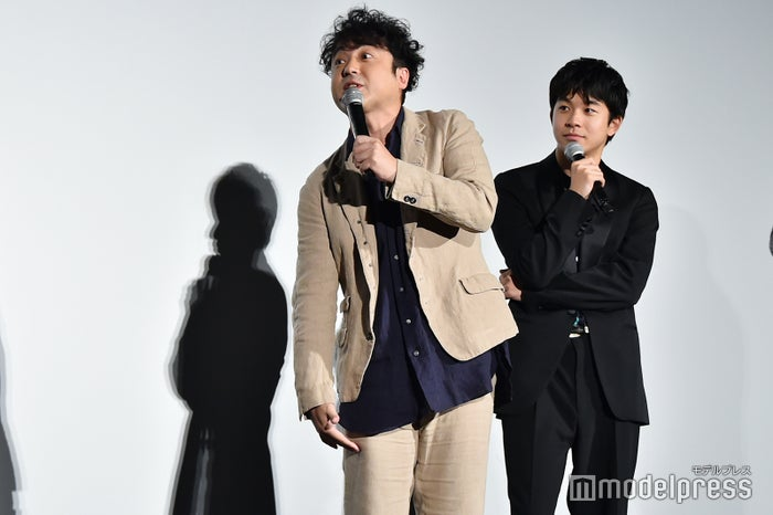 長澤まさみのTシャツの丈を力説するムロツヨシ、見守る太賀 (C)モデルプレス